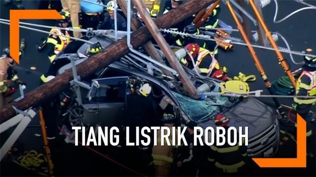 Sebuah tiang listrik roboh dan menimpa mobil SUV di Seattle. Korban yang yang merupakan pasangan suami istri itu selamat dan hanya mengalami luka gores serta memar.