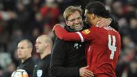 Bek Liverpool, Virgil Van Dijk memeluk pelatihnya Jurgen Kloop usai pertandingan melawan Everton di Piala FA di Anfield, Inggris (5/1). Bek termahal Liverpool ini mencetak gol penentu kemenangan Liverpool 2-1 atas Everton. (AP Photo / Rui Vieira)
