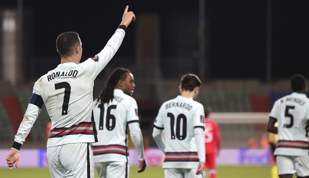 Striker Portugal, Cristiano Ronaldo (kiri) melakukan selebrasi usai mencetak gol kedua Portugal ke gawang Luksemburg dalam laga Kualifikasi Piala Dunia 2022 Zona Eropa Grup A di Josy Barthel Stadium, Luksemburg, Selasa (30/3/2021). Portugal menang 3-1 atas Luksemburg. (AP/Olivier Matthys)