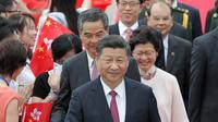 Presiden Cina Xi Jinping setibanya di Bandara Internasional Hong Kong, Kamis (29/6). Selain untuk memperingati 20 tahun penyerahan, Xi Jinping juga akan melantik Pemimpin Eksekutif terpilih Hong Kong, Carrie Lam. (AP Photo/Kin Cheung)
