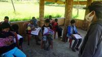 Proses belajar mengajar tatap muka yang dilakukan siswa di Mamasa karena tak bisa belajar daring (Foto: Liputan6.com/Istimewa)