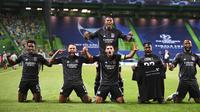 Skuat Lyon merayakan kemenangan atas Manchester City pada laga perempetan final Liga Champions, Minggu (16/8/2020). (Franck Fife/Pool Photo via AP)