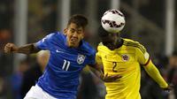 Gelandang Brasil, Roberto Firmino (kiri) berebut bola udara dengan bek Kolombia, Cristian Zapata saat pertandingan Copa Amerika 2015 di Estadio Monumental, Santiago, Chile, Kamis (18/6/2015). Kolombia menang 1-0 atas Brasil. (REUTERS/Henry Romero)