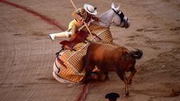 Seorang matador menusukkan tombaknya ke seekor banteng dalam saat bertarung dalam Festival San Fermin, Pamplona, Spanyol, Kamis (11/7/2019). (AP Photo/Alvaro Barrientos)