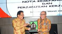 Menteri ATR/BPN, Sofyan A. Djalil dan Direktur Utama BPJS Ketenagakerjaan, Agus Susanto saat prosesi penandatanganan perjanjian kerjasama untuk memberikan perlindungan sosial bagi seluruh pekerja.