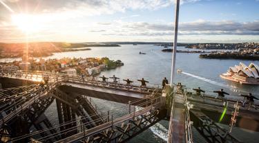 Sejumlah orang melakukan gerakan yoga untuk pertama kalinya di atas jembatan Sydney Harbour, Australia (21/6). Sejumlah negara di dunia sedang merayakan Hari Yoga Dunia yang jatuh pada tanggal 21 Juni. (Sydney BridgeClimb /REUTERS)