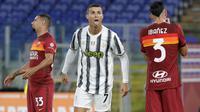 Penyerang Juventus, Cristiano Ronaldo melakukan selebrasi setelah mencetak gol kedua untuk timnya ke gawang AS Roma pada pekan kedua Liga Italia Serie A 2020-2021 di Stadion Olimpiade Roma, Minggu (27/9/2020). Juventus bermain imbang 2-2 di kandang AS Roma. (AP Photo/Gregorio Borgia)