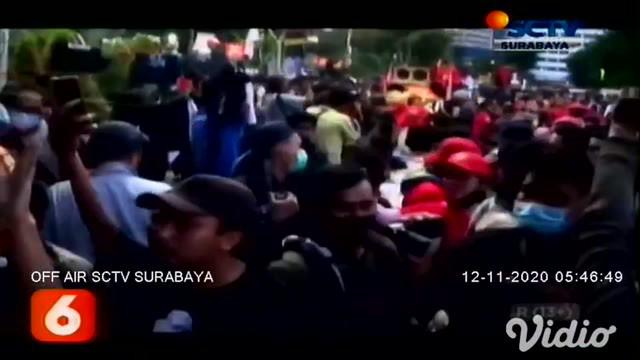 Ada pemandangan yang tidak biasa saat unjuk rasa di Gedung Negara Grahadi, Surabaya. Wali Kota Surabaya Tri Rismaharini memunguti sampah-sampah, yang berserakan di tengah kerumunan mahasiswa dan pedemo tolak UU Cipta Kerja.