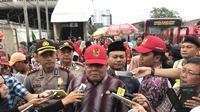 Komisioner Ombudsman Adrianus Meliala saat meninjau penataan pedagang kali lima (PKL) di kawasan Tanah Abang, Jakarta Pusat, Rabu (17/1/2018). (Liputan6.com/Hanz Jimenez Salim)