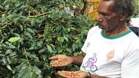 Petani kopi di Jayawijaya saat memperlihatkan hasil pertanian kopinya. (KabarPapua.co/Katharina)