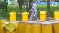 Petugas Badan Tenaga Nuklir Nasional (Batan) dan Badan Pengawas Tenaga Nuklir (Bapeten) melakukan dekontaminasi zat radioaktif di Perumahan Batan Indah, Tangerang Selatan, Minggu (16/2/2020). Jumlah personel yang diturunkan sebanyak 28 orang yang terbagi menjadi 4 kelompok. (merdeka.com/Arie Basuki)