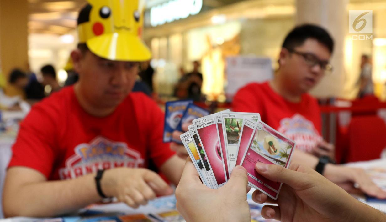 Para pecinta kartu pokemon bermain kartu The Pokémon Trading Card Game di Kota Kasablanca, Jakarta, Kamis (8/8/2019). Di pasar global, permainan tukar kartu itu telah terjual sebanyak 27,2 miliar kartu hingga Maret 2019 dengan segmentasi anak-anak hingga dewasa. (Liputan6.com/Angga Yuniar)