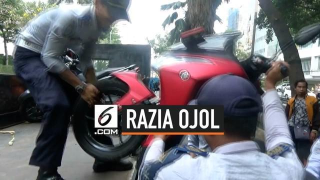 Belasan motor yang rata-rata milik ojek online yang terparkir di kawasan Thamrin City, diangkut petugas Sudin Perhubungan, Jakarta Pusat, Kamis (19/9) siang.