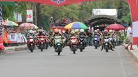 Para pembalap memacu motor mereka pada lintasan Honda Dream Cup 2019, di Sirkuit Non-permanen Banjarbaru, Kalimantan Selatan, Minggu (14/7/2019).  (FOTO / Nurfahmi Budiarto)