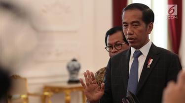 Presiden Joko Widodo (Jokowi) memberikan keterangan seusai bertemu CEO Bukalapak Achmad Zaky di Istana Merdeka, Sabtu (16/2). Dalam kesempatan itu Jokowi meminta seluruh pihak untuk menghentikan gerakan uninstall Bukalapak.com. (Liputan6.com/Angga Yuniar)