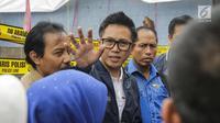 Artis sekaligus Ketua DPW PAN DKI Jakarta Eko Patrio menyambangi lokasi kebakaran di Taman Sari, Jakarta, Senin (5/2). Eko dan pekerja seni melihat kondisi kebakaran serta memberi bantuan pakaian, selimut dan obat-obatan. (Liputan6.com/Faizal Fanani)