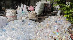Warga mengumpulkan sampah plastik di permukiman liar di kawasan Bypass, Pramuka, Jakarta Timur, Rabu (21/2). Lahan tersebut sudah dibeli Pemprov DKI sejak 2010. (Liputan6.com/Faizal Fanani)