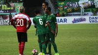Pemain Persebaya, Misbakus Solikin, saat melawan Madura United. (Bola.com/Aditya Wany)