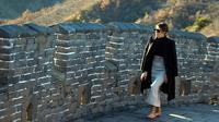 Ibu Negara AS, Melania Trump berjalan di sepanjang seksi Mutianyu, Tembok Besar China di Beijing, 10 November 2017. Mantan model itu Melania tampil dalam balutan kaus turtle neck, mantel, rok panjang dengan aksesori belt warna nude. (AP Photo/Ng Han Guan)