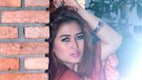 Ovi Savianti Duo Serigala berpose saat sesi pemotretan dengan Liputan6.com di Jakarta, Rabu (7/10/2015). Bukan Hanya memilik tubuh seksi, Pamela dan Ovi juga pandai tampil cantik dengan tata rias minimalis. (Liputan6.com/Yudha Gunawan)