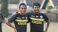 Dua mantan pemain Persik Kediri Faris Aditama dan Qischil Gandrumini akan membela tim yang berbeda di Piala Jenderal Sudirman. Faris memperkuat Persela Lamongan sedangkan Qischil berkostum Gresik United. (Bola.com/Robby Firly)