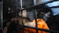 Terdakwa korupsi proyek e-KTP, Setya Novanto saat di mobil tahanan KPK usai menjalani sidang putusan di Pengadilan Tipikor, Jakarta, Selasa (24/4). Setya Novanto divonis 15 tahun penjara dan denda 500 juta rupiah. (Liputan6.com/Helmi Fithriansyah)