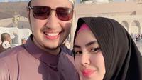 Kartika Putri dan suami, Habib Usman. (dok.Instagram @kartikaputriworld/https://www.instagram.com/p/Bs_qHALHsUd/Henry