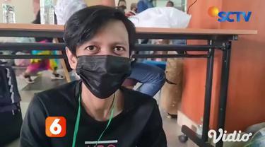 Pekerja Migran yang baru saja tiba di Indonesia menjalani karantina di Asrama Haji Sukolilo, Surabaya, Jawa Timur. Nampak terlihat sebagian pekerja migran, tidur di lobi Asrama Haji sembari menjaga barang bawaan masing-masing.