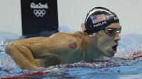 Perenang Amerika Serikat, Michael Phelps, saat tampil pada nomor estafet 4x100 meter gaya bebas putra di Olimpiade Rio 2016, Brasil, Minggu (7/8/2016). Tim renang putra AS berhasil meraih emas pada nomor ini. (AP/Matt Slocum)