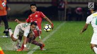 Gelandang Persija, Novri Setiawan mencoba menahan pemain Persebaya, Abu Rizal Maulana pada lanjutan Go-Jek Liga 1 Indonesia 2018 bersama Bukalapak di Lapangan PTIK, Jakarta, Selasa (26/6). (Liputan6.com/Helmi Fithriansyah)