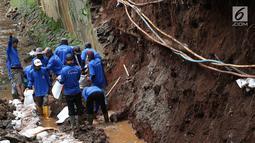 Petugas membongkar dinding turap di saluran air kawasan Pancoran, Jakarta, Senin (28/1). Pembongkaran dilakukan untuk mengganti batu penahan turap guna mencegah kelongsoran selama musim hujan. (Liputan6.com/Immanuel Antonius)