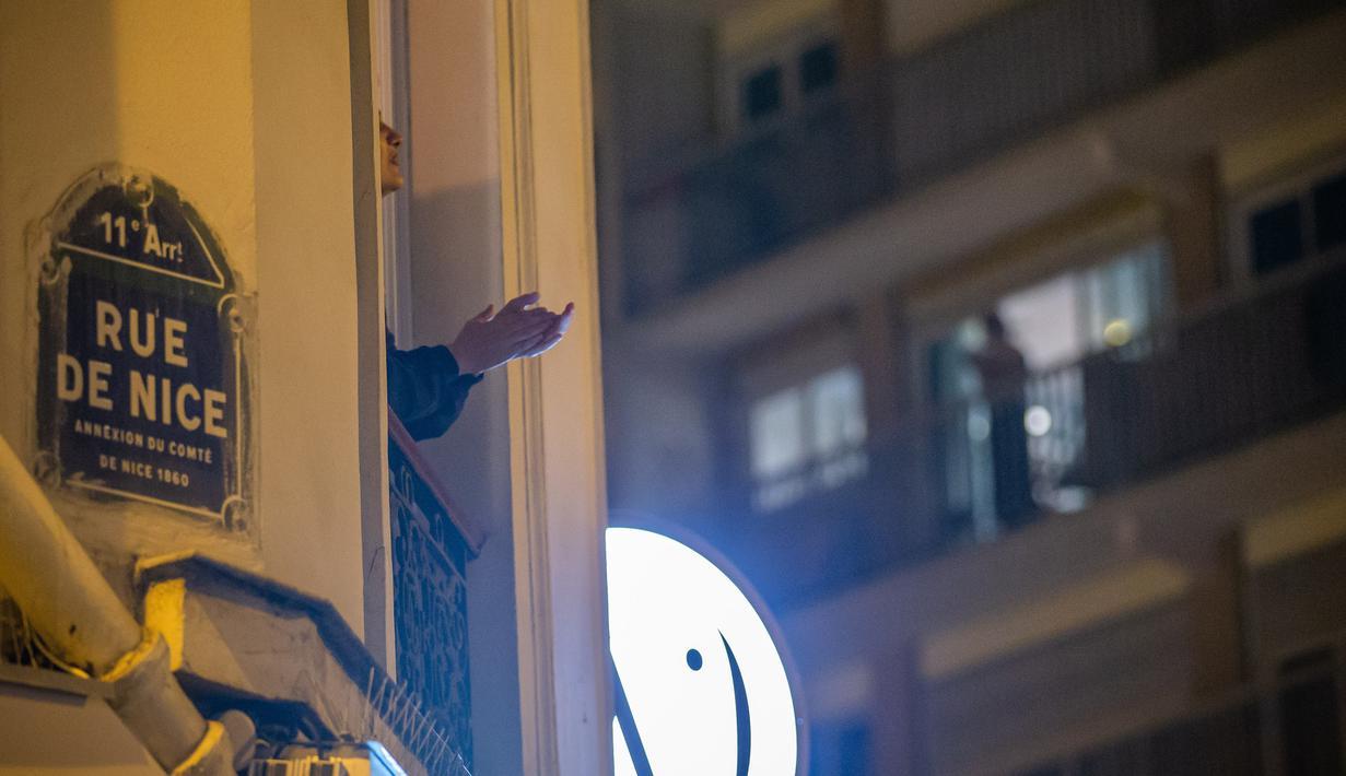 Warga bertepuk tangan untuk menunjukkan penghargaan bagi para staf medis di Clichy, Prancis, pada 22 Maret 2020. Apresiasi ini dapat dilihat di beberapa kota di Prancis dengan jumlah kasus terkonfirmasi akibat virus corona (COVID-19) meningkat lebih dari 1.000 orang. (Xinhua/Aurelien Morissard)