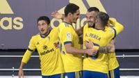 Striker Cadiz, Alvaro Negredo dipeluk rekan setim usai mencetak gol ke gawang Barcelona, Minggu (06/12/2020) dini hari WIB. (JORGE GUERRERO / AFP)