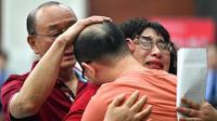 Mao Yin dan orang tuanya berpelukan di Biro Keamanan Masyarakat Kota Xi'an di Provinsi Shaanxi, China barat laut, pada 18 Mei 2020. (Xinhua/Zhang Bowen)