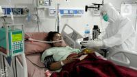 Paramedis menunjukkan gawai kepada pasien COVID-19 di Ruang ICU RSUD Kota Bogor, Jawa Barat, Jumat (18/6/2021). Tingkat keterisian tempat tidur atau Bed Occupancy Rate (BOR) RSUD Kota Bogor saat ini mencapai 73 persen. (merdeka.com/Arie Basuki)