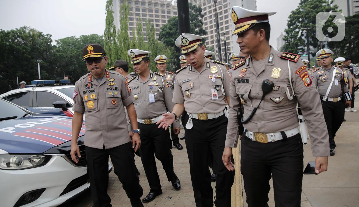 Kakorlantas Polri Irjen Istiono (kiri) mengecek fasilitas kendaraan pengamanan perayaan Natal 2019 dan Tahun Baru 2020 di Parkir Timur GBK, Jakarta, Senin (25/11/2019). Kendaraan yang dicek meliputi motor patwal, mobil patroli dan pengawasan jalan hingga angkutan derek. (Liputan6.com/Faizal Fanani)