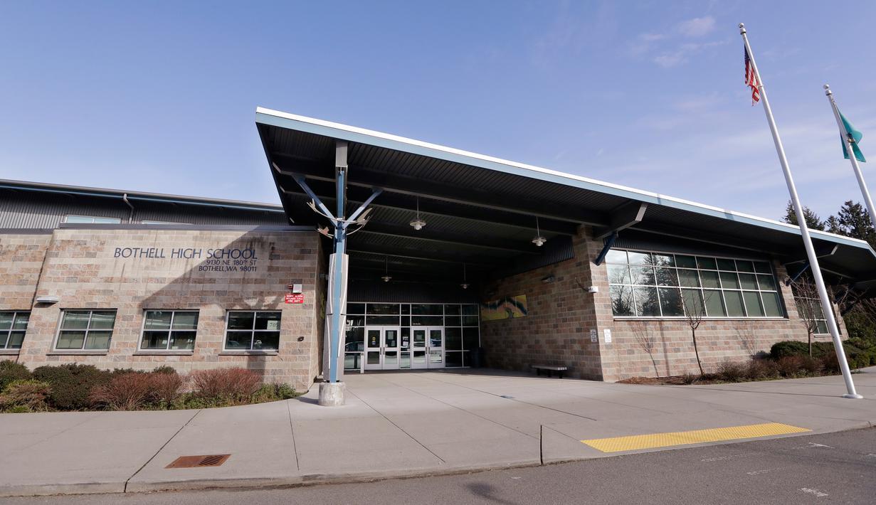 Sekolah Menengah Bothell ditutup pada hari itu di Bothell, Washington, Kamis (27/2/2020). Sekolah menengah di pinggiran kota Seattle ditutup setelah  anggota keluarga seorang staf sekolah tersebut dikarantina karena menunjukkan gejala tertular virus corona. (AP/Elaine Thompson)