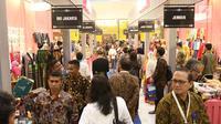 Suasana pameran Karya Kreatif Indonesia (KKI) di JCC Senayan, Jakarta, Jumat (12/7/2019). Pameran KKI 2019 ini berlangsung selama 3 hari menampilkan produk-produk UMKM RI mulai dari kain, pakaian, tas, hingga berbagai kuliner seperti kopi buatan anak negeri. (Liputan6.com/Angga Yuniar)