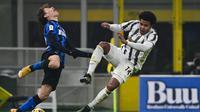 Gelandang Inter Milan, Nicolo Barella (kiri) berduel dengan gelandang Juventus, Weston McKennie pada leg pertama semifinal Coppa Italia 2020/2021, Rabu (03/02/2021) dini hari WIB. (MIGUEL MEDINA / AFP)