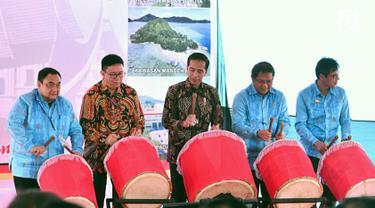Presiden Jokowi (tengah) bersama Menkominfo Rudiantara (dua kanan), Ketua Umum PWI Margiono (kiri), dan Gubernur Sumbar Irwan Prayitno (kanan) memukul gendang saat HPN 2018 di Padang, Sumatera Barat, Jumat (9/2). (Liputan6.com/Pool/Biro Setpres)