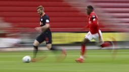 Pemain RB Leipzig, Timo Werner, menggiring bola saat melawan Mainz 05 di Mainz, Minggu (24/5/2020). RB Leipzig menang dengan skor 5-0 atas Mainz 05. (AP/Kai Pfaffenbach)