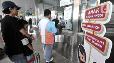 Calon penumpang antre saat membeli kartu Single Journey Trip (SJT) sebelum menaiki kereta Light Rail Transit (LRT) Jakarta di Stasiun Velodrome, Jakarta, Minggu (1/12/2019). (merdeka.com/Iqbal S. Nugroho)