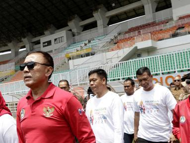 Ketua PSSI, Mochammad Iriawan, didampingi Bupati Bogor, Ade Yasin, melakukan inspeksi ke Stadion Pakansari, Bogor, Selasa (3/3/2020). Kegiatan tersebut dalam rangka melihat kesiapan veneu jelang piala dunia U-20 pada 2021. (Bola.com/M Iqbal Ichsan)