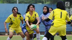 Pemain Rugby putri Sumsel dan Jateng berebut bola pada Kejurnas Rugby 7's di GOR Soemantri Brodjonegoro, Jakarta, Rabu (25/10). Ajang ini merupakan seleksi jelang Asian Games 2018 dan menguji kesiapan panitia. (Liputan6.com/Helmi Fithriansyah)
