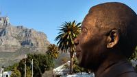 Patung Nelson Mandela yang terletak di luar gedung Parlemen Afrika Selatan di Cape Town. (AFP/Rodger Bosch)