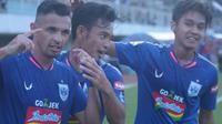 Selebrasi gol yang dicetak oleh Silvio Escobar (kiri) ke gawang PSS Sleman di Stadion Maguwoharjo, Rabu (17/7/2019). (Bola.com/Vincentius Atmaja)