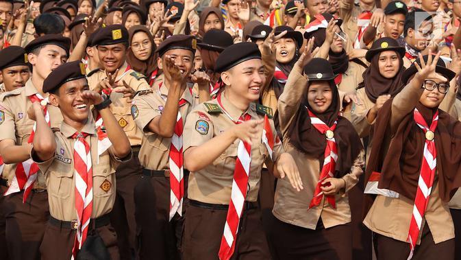 Sejumlah remaja pramuka mengikuti kegiatan Napak Tilas Proklamasi di Tugu Proklamasi, Jakarta, Kamis (16/8). Acara tersebut diadakan dalam rangka menyambut HUT RI yang diikuti oleh masyarakat dari beragam latar belakang. (Liputan6.com/Immanuel Antonius)