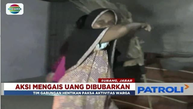 Tim kepolisian bubarkan warga pengais uang teceh di Jembatan Kali Sewo, Subang, lantaran dianggap mengganggu kelancaran arus mudik.