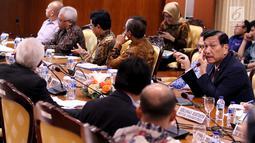 Menko Bidang Kemaritiman Luhut Binsar Panjaitan memberi paparan saat rapat koordinasi membahas pengembangan kendaraan listrik nasional di Gedung DPR, Jakarta, Kamis (29/11). Pemerintah mendorong transisi menuju kendaraan listrik. (Liputan6.com/JohanTallo)