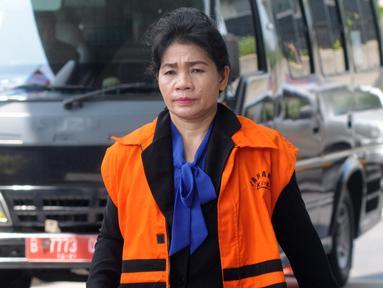 Hakim adhoc PN Medan, Merry Purba tiba untuk menjalani pemeriksaan di Gedung KPK, Jakarta, Senin (19/11). Merry Purba diperiksa sebagai tersangka untuk melengkapi berkas kasus suap penanganan perkara Tipikor di PN Medan. (Merdeka.com/Dwi Narwoko)